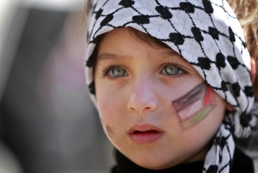 i-colori-della-palestina-sul-volto-di-una-bambina