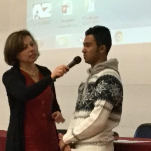 La preside Maino con un studente premiato