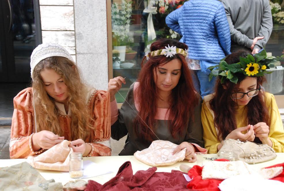 ragazze-moda-al-mercato-rinascimentale